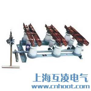该隔离开关为三相联动式,由底架、转轴及联动板、支柱绝缘子、导电闸刀几静触头等部分组成。转轴装在底架上,轴上焊有联动版,通过拉杆绝缘子与闸刀相连。转轴两端伸出底架,其任何一端均可与操作机构相连进行分、合闸。本系列隔离开关可以水平、垂直或倾斜安装。